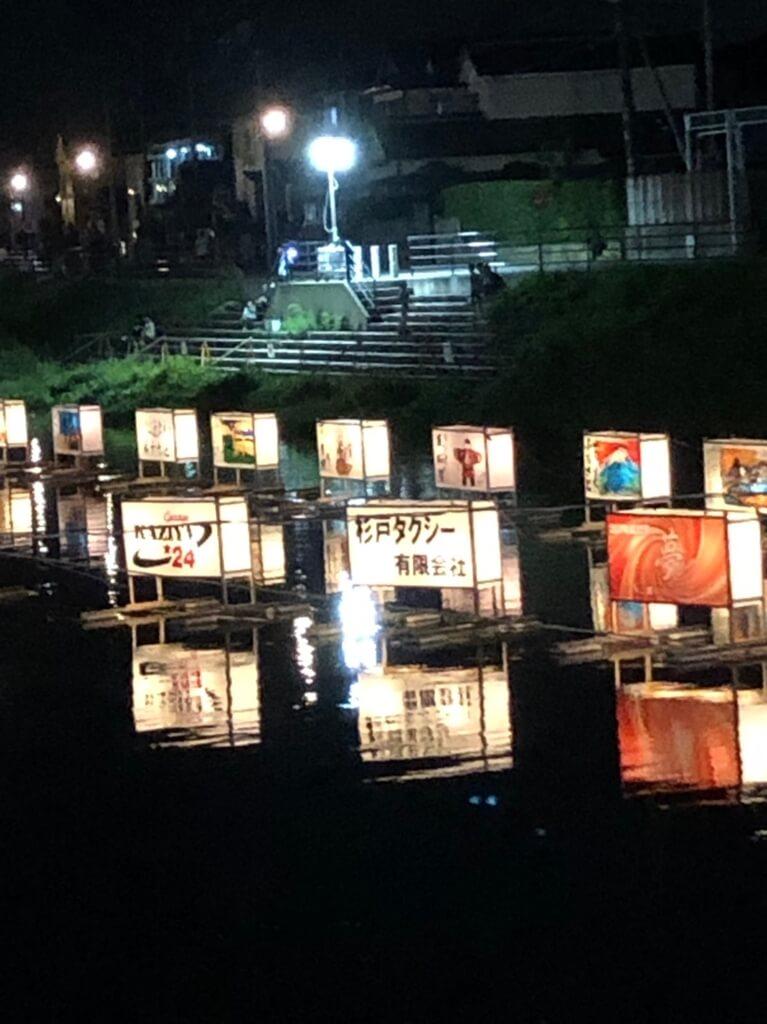 杉戸町古利根川流灯祭の様子